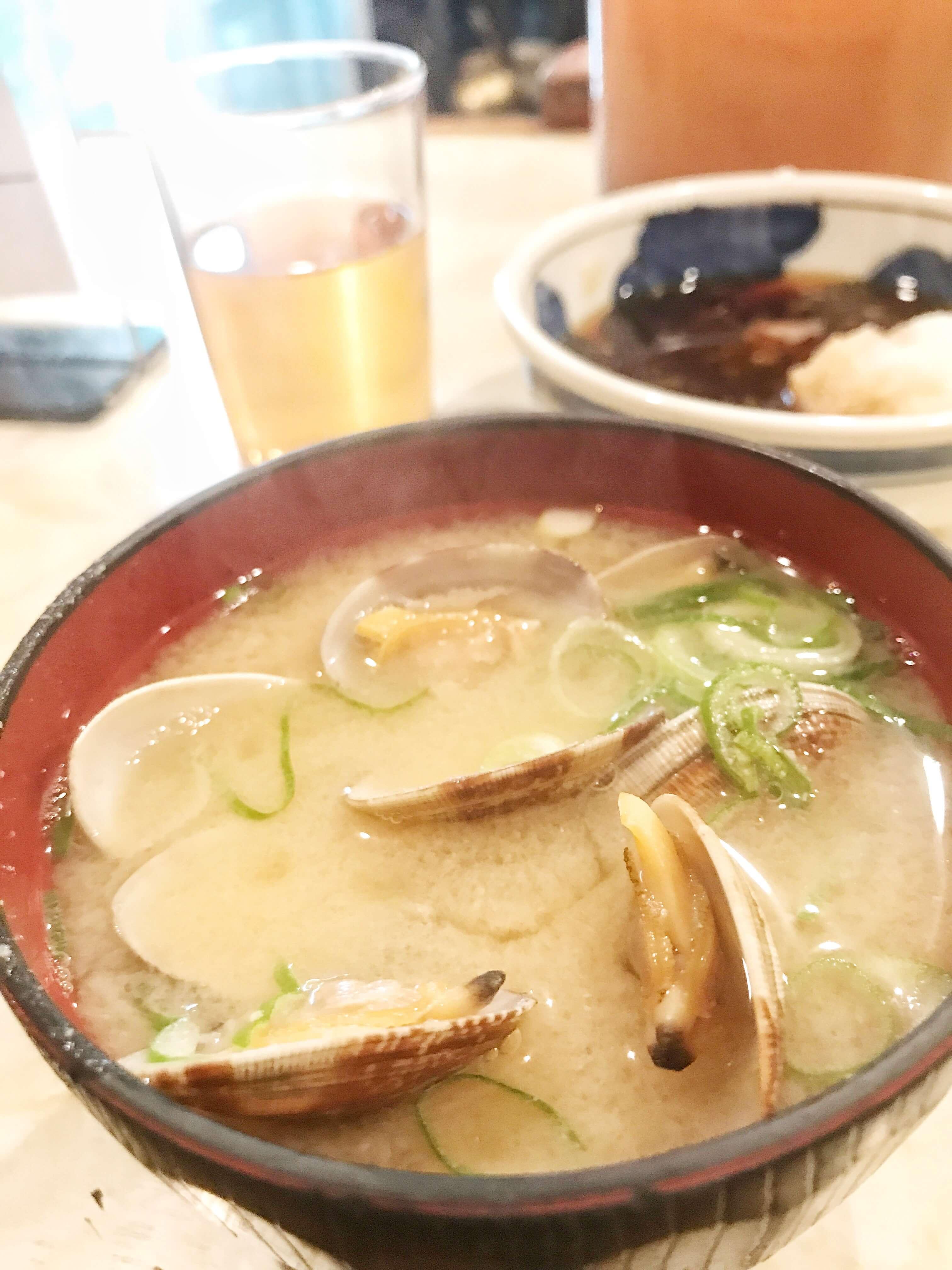 大阪、堺市にある行列のできる天ぷら屋。天ぷら大吉の名物あさり汁の写真。