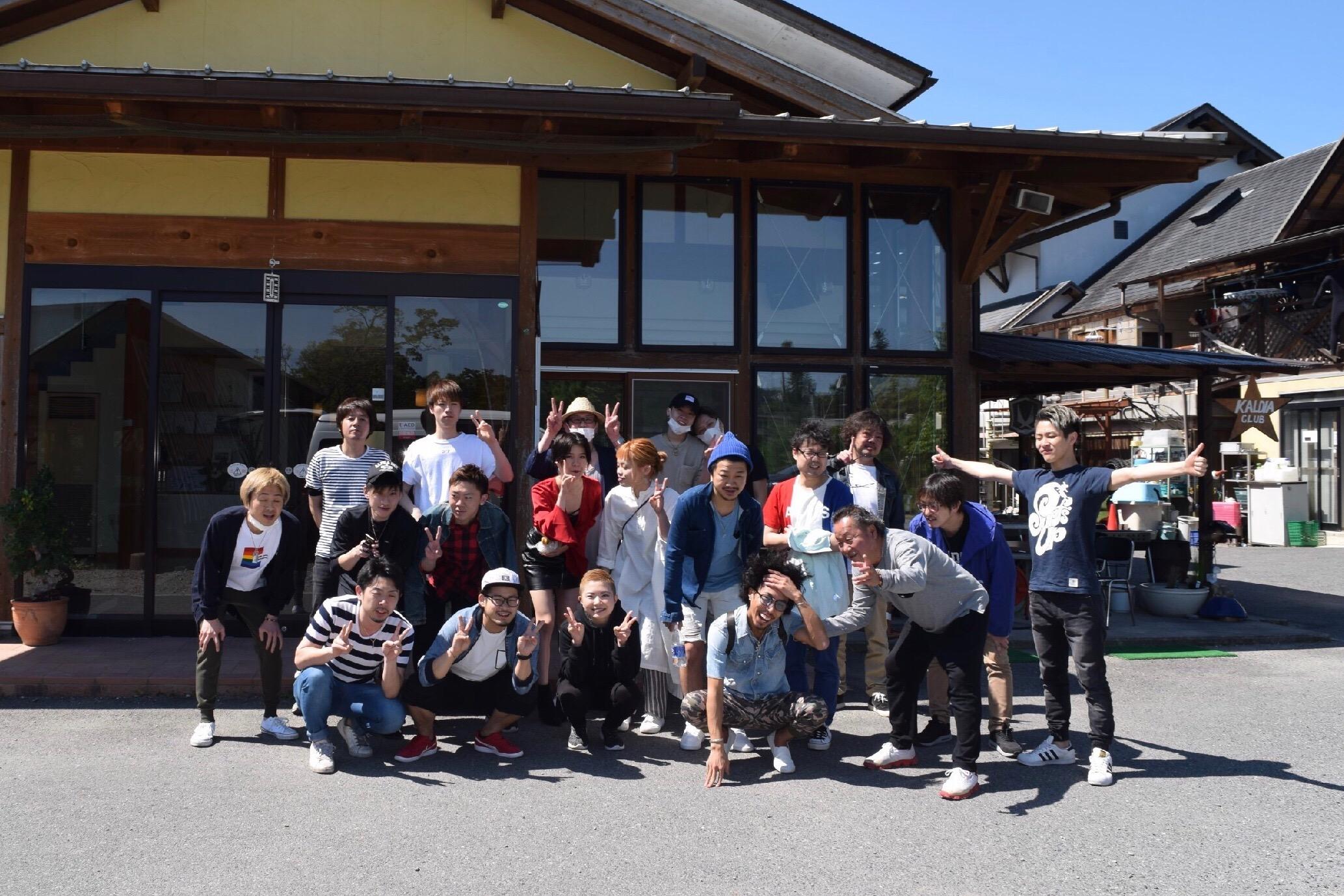 奈良のカルディアキャンプ場のコテージ前で集合写真