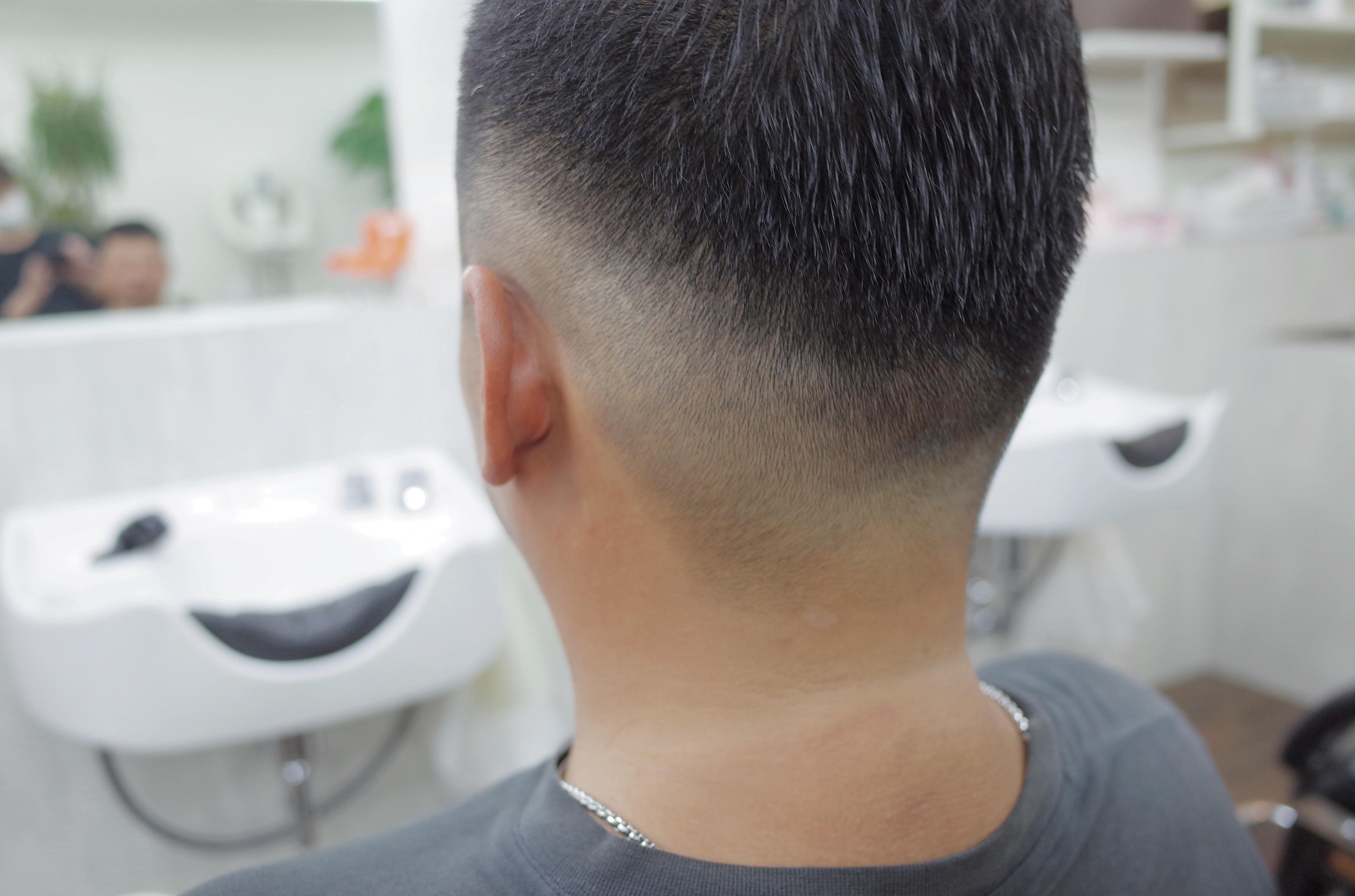 ケンコバ風の髪型が完成し、後ろの刈り上げ部分の写真