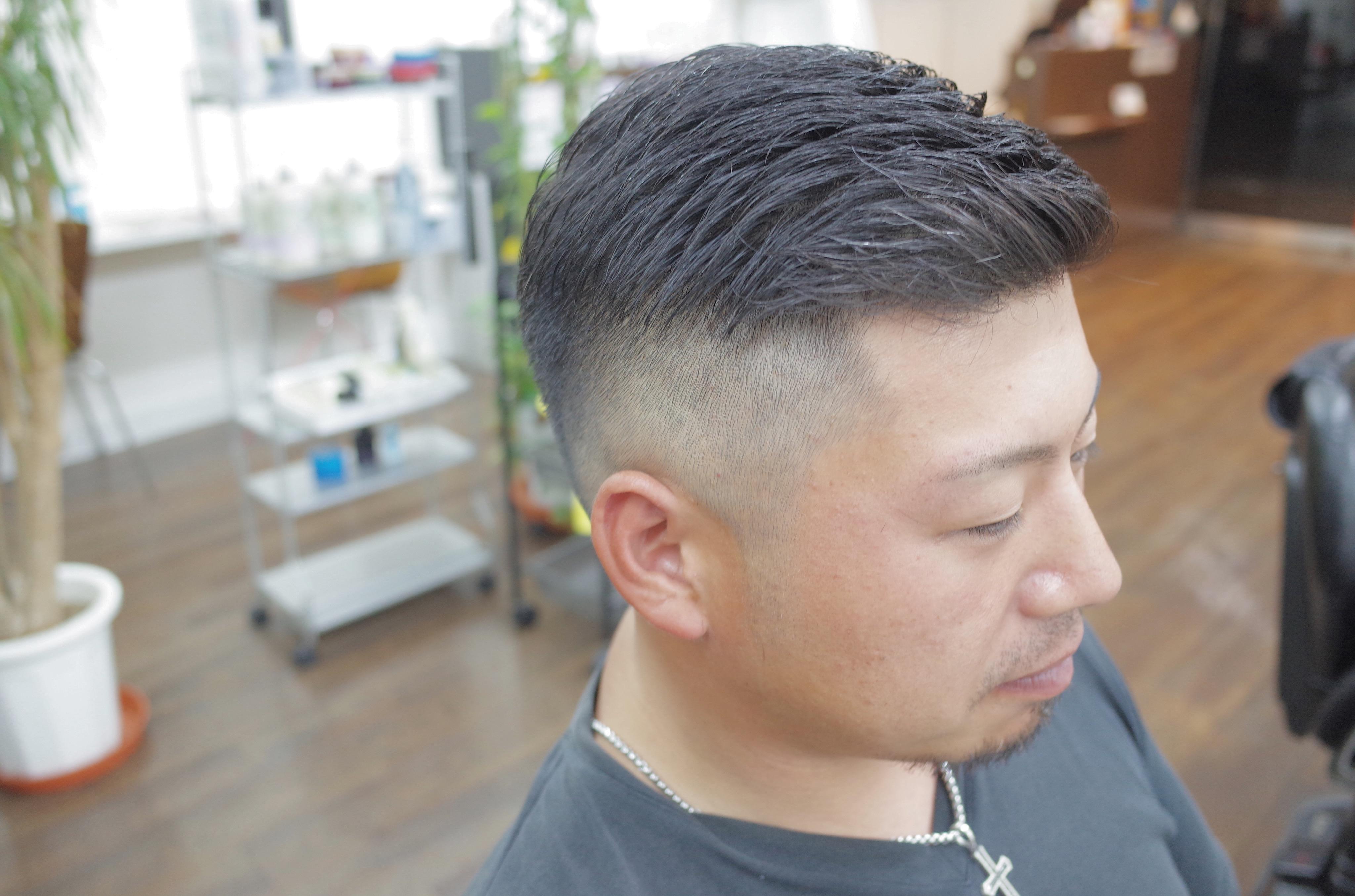 ケンコバの髪型を斜め前から見た写真