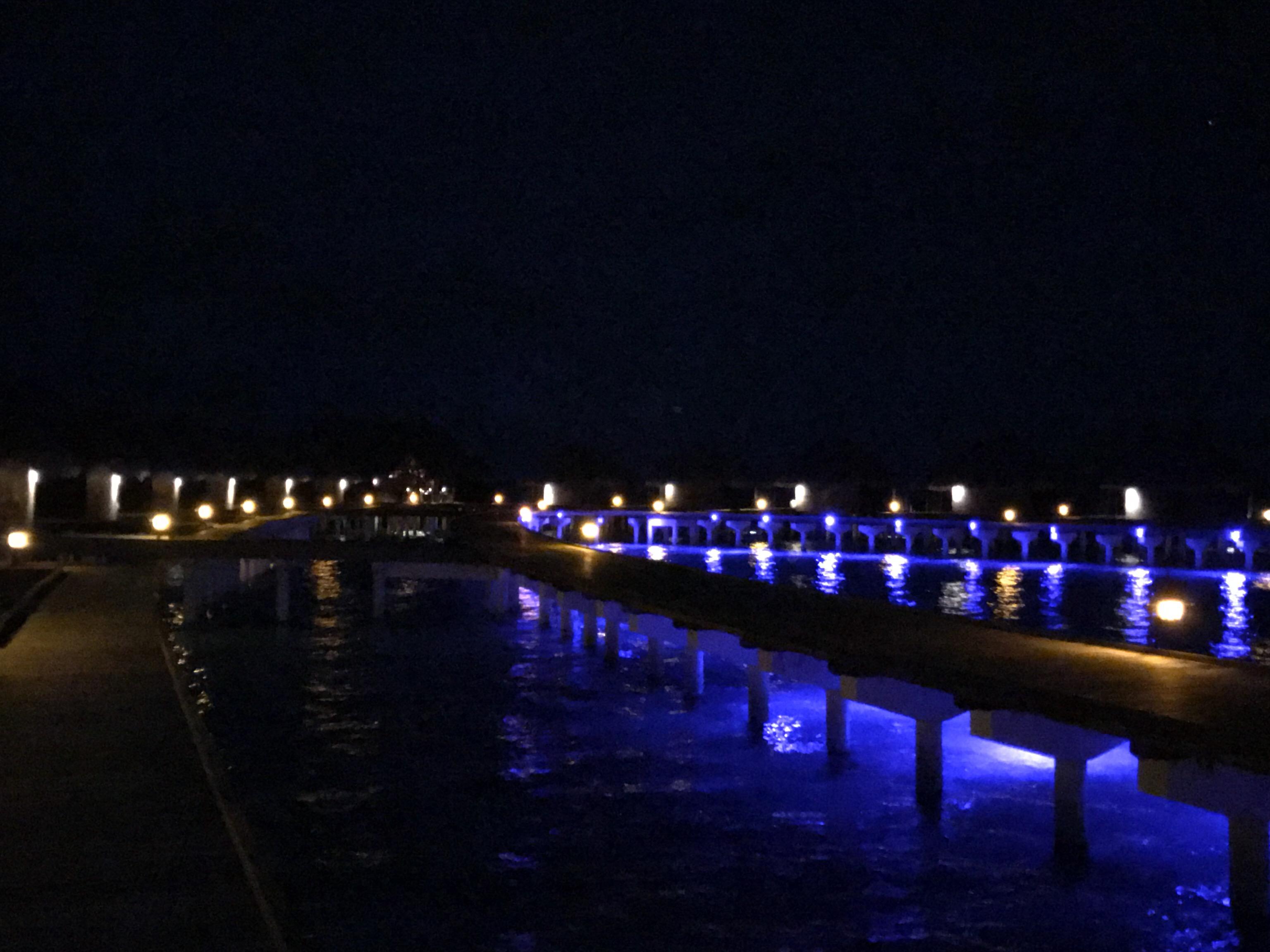 モルディブのリゾート、タージエキゾティカの水上コテージ前