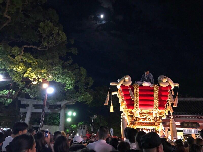 百舌鳥八幡宮にて、満月をバックにして、ふとん太鼓が担がれている様子