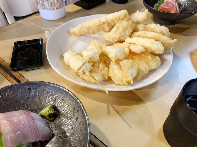 堺魚市場の『天ぷらてん助』の天ぷらと刺身の写真
